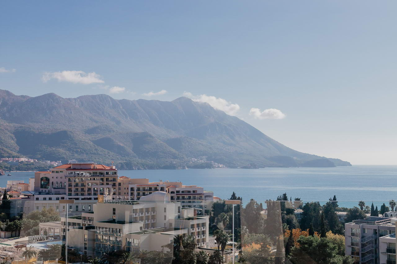 amforaproperty.com/Prelijep penthouse 121m2 sa prekrasnim pogledom na more i Bečiće. Par minuta udaljen od plaže.