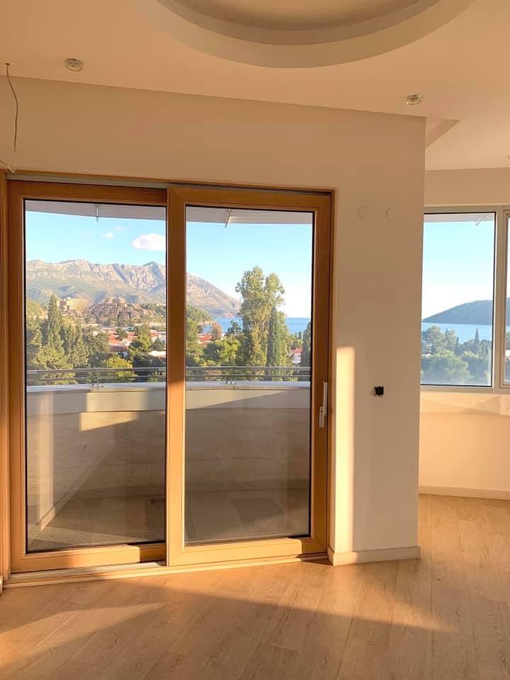 amforaproperty.com/Luksuzan stan sa pogledom na more, 111 m2, na bulevaru u Budvi