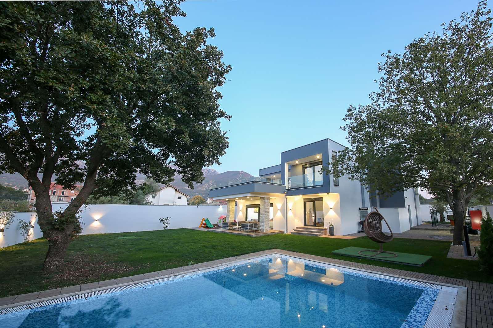 amforaproperty.com/Prelijepa, moderna vila sa bazenom. Radanovići. Kotor