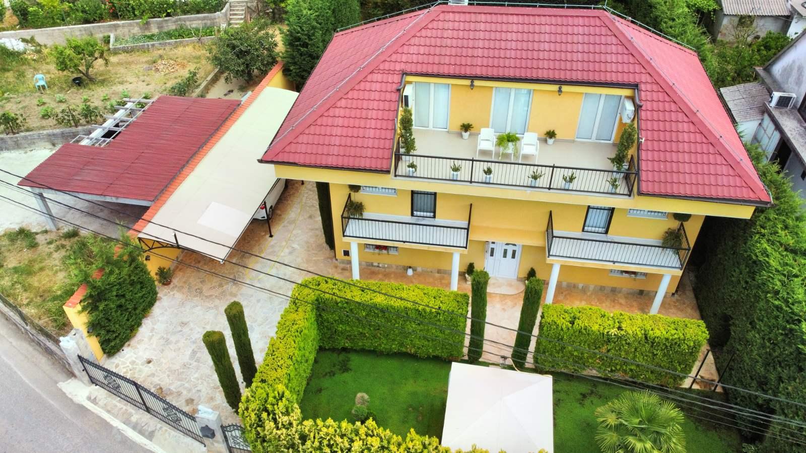 amforaproperty.com/Luksuzno opremljena kuca 340m2 sa uređenim dvorištem, Lastva Grbaljska . Hitna prodaja!!! Super cijena!!!