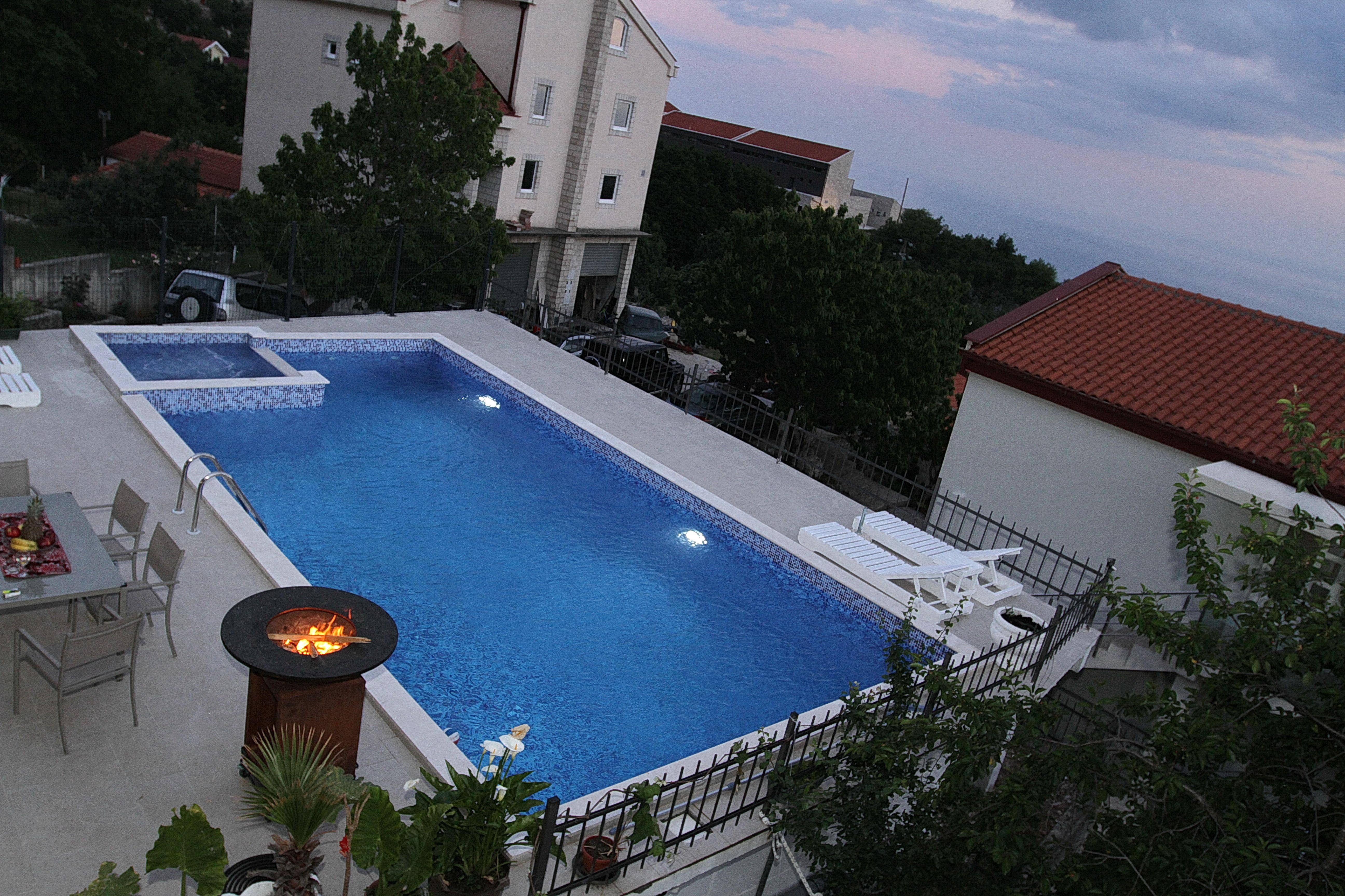 amforaproperty.com/Vila 200m2 sa bazenom i prelijepim pogledom na Budvu i more, za dnevni najam.